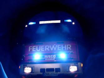 Auch bei Nacht geben die Feuerwehrfahrzeuge ein gutes Bild.