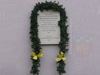 Am Geburtshaus erinnert eine Gedenktafel an den berühmten Sohn Eschlkams.