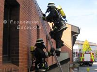 Die Leiter wird vom Kameraden gesichert.