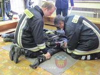 Der Atemschutztrupp kümmert sich um den Kameraden.