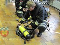 Die Funktion des Atemschutzgerätes wird überprüft.