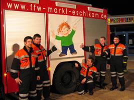 Das Team der Feuerwehr präsentiert 2005 den Kamperl im Schulhof der Grundschule