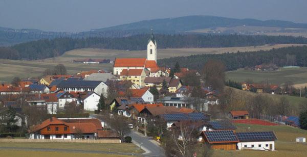 Auf vielen Dächern befinden sich Solaranlagen.