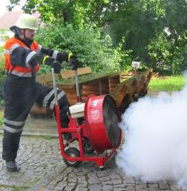 Mit dem Hochleistungslüfter wird der Rauch mit Überdruck aus dem Gebäude geblasen.