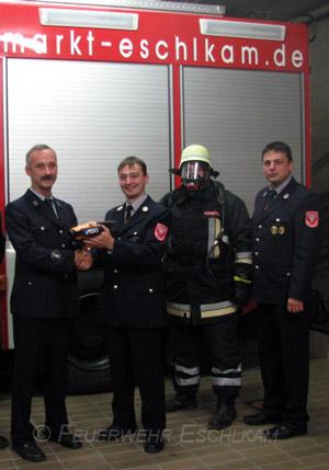 Der Feuerwehrverein übergibt die Wärmebildkamera an die Einsatzmannschaft.